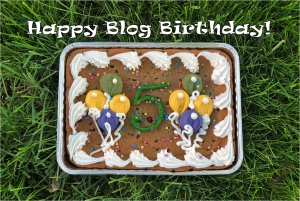 A cake with frosting baloons and the number 5, with text: Happy Blog Birthday